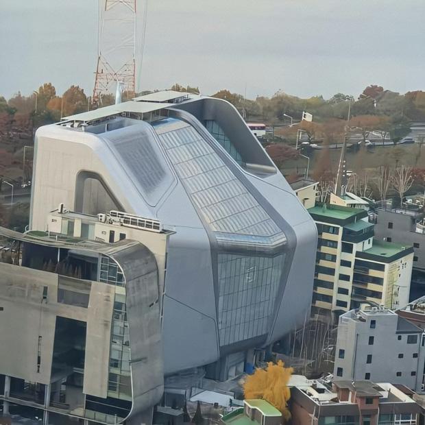 Toà nhà mới của YG trông không khác gì căn cứ người ngoài hành tinh, fan réo gọi tên T.O.P (BIGBANG)! - Ảnh 1.