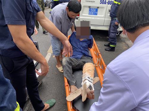 Giải cứu nam công nhân bị trượt ngã gãy xương đùi, mắc kẹt trên mái nhà ở Sài Gòn - Ảnh 3.