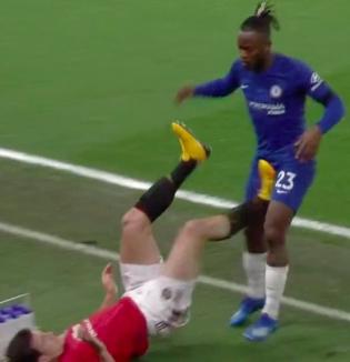Đội trưởng MU đạp trúng chỗ hiểm của đối thủ nhưng trọng tài không rút thẻ đỏ, fan đặt nghi vấn: Vì là người Anh nên được thiên vị - ảnh 1
