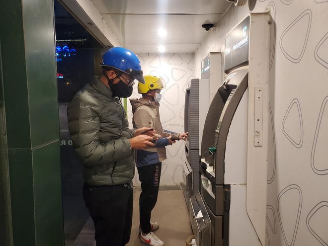 Tiếp xúc hàng trăm người/ngày nhưng ATM không có nước sát khuẩn, cồn rửa tay phòng Covid-19 - ảnh 1