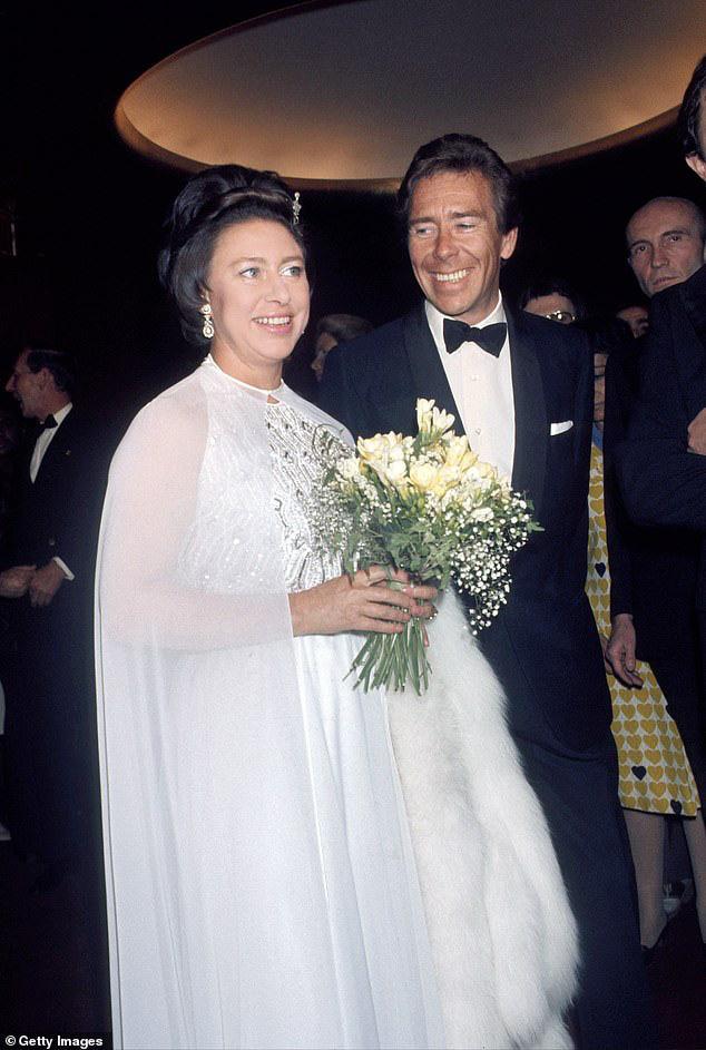 Nỗi buồn hoàng gia Anh: Thêm một cặp đôi ly hôn sau 26 năm chung sống, vợ chồng Meghan Markle lại bị xướng tên - ảnh 1