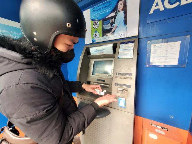 Tiếp xúc hàng trăm người/ngày nhưng ATM không có nước sát khuẩn, cồn rửa tay phòng Covid-19 - ảnh 12