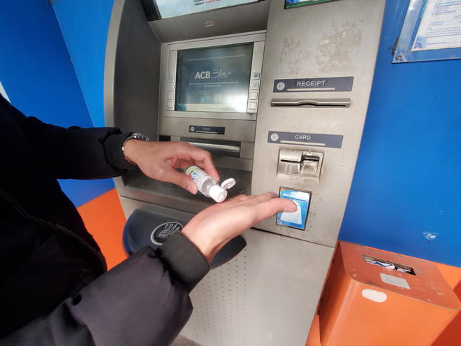 Tiếp xúc hàng trăm người/ngày nhưng ATM không có nước sát khuẩn, cồn rửa tay phòng Covid-19 - ảnh 13