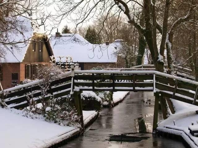 Thị trấn cổ tích Giethoorn ở Hà Lan: Hơn 7 thế kỷ không có đường bộ, đi thăm nhau không ngồi ô tô mà phải chèo thuyền - ảnh 7