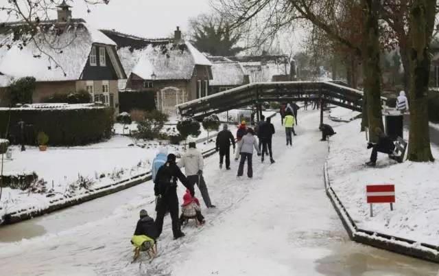Thị trấn cổ tích Giethoorn ở Hà Lan: Hơn 7 thế kỷ không có đường bộ, đi thăm nhau không ngồi ô tô mà phải chèo thuyền - ảnh 8