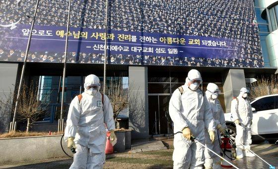 Virus corona tại Hàn Quốc: Hơn 1000 người từng đến nhà thờ cùng bệnh nhân 'siêu lây nhiễm', 90 xuất hiện triệu chứng, 396 'chưa liên lạc được' - ảnh 1