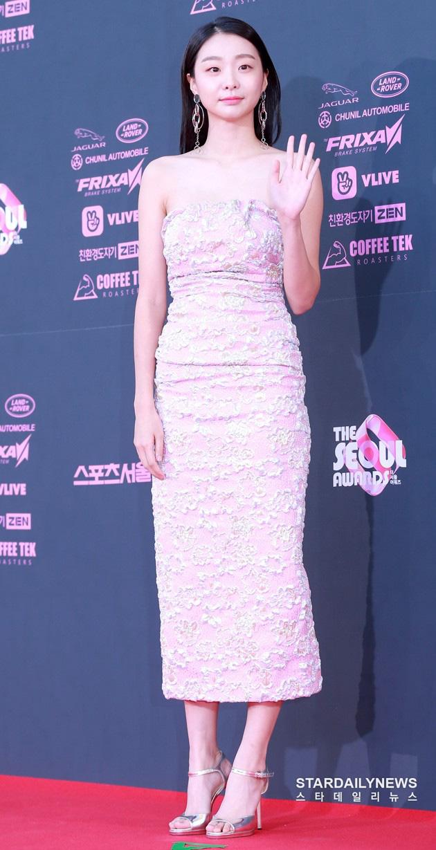 Ngất lịm loạt ảnh nữ quái Kim Da Mi đi thảm đỏ Oscar Hàn: Body nóng bỏng, chân dài 1m7 hóa ra bị Park Seo Joon dìm - ảnh 8