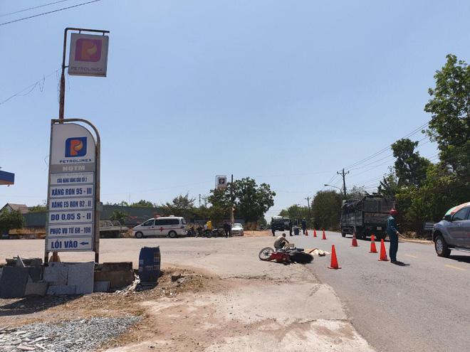 Xe tải cán chết người con, tông mẹ bị thương rồi bỏ trốn giữa trưa, mặc nạn nhân bên đường - ảnh 2