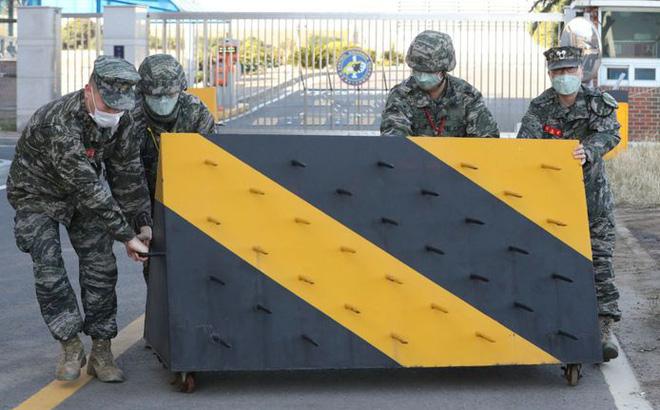 Covid-19 tấn công vào quân đội Hàn Quốc: Ít nhất 5 binh sĩ có kết quả dương tính, 1.300 lính được cách ly - ảnh 1