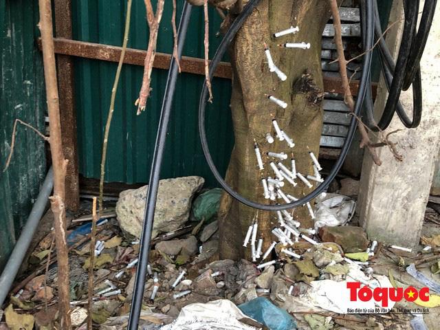 Kim tiêm nguyên máu tươi bủa vây cổng bệnh viện Bạch Mai - ảnh 12