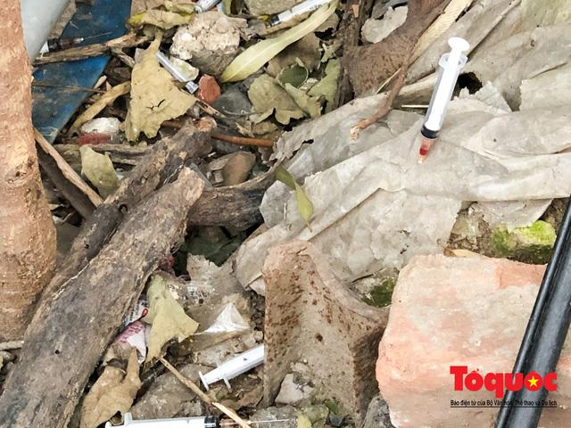 Kim tiêm nguyên máu tươi bủa vây cổng bệnh viện Bạch Mai - ảnh 4