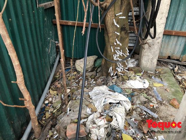 Kim tiêm nguyên máu tươi bủa vây cổng bệnh viện Bạch Mai - ảnh 7