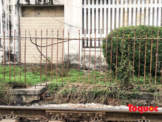 Kim tiêm nguyên máu tươi bủa vây cổng bệnh viện Bạch Mai - ảnh 8