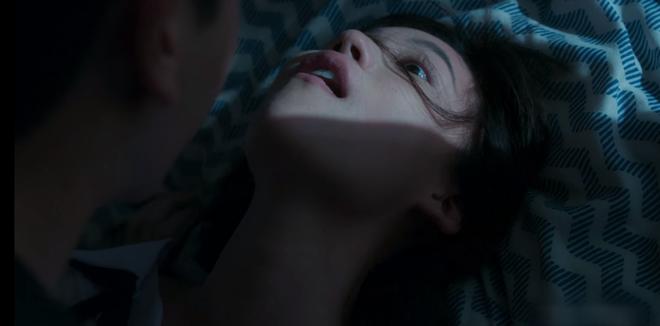 6 cảnh gây ám ảnh tột độ ở Girl From Nowhere: Từ giành nhau uống máu tươi đến chôn sống bạn thân mình - ảnh 3