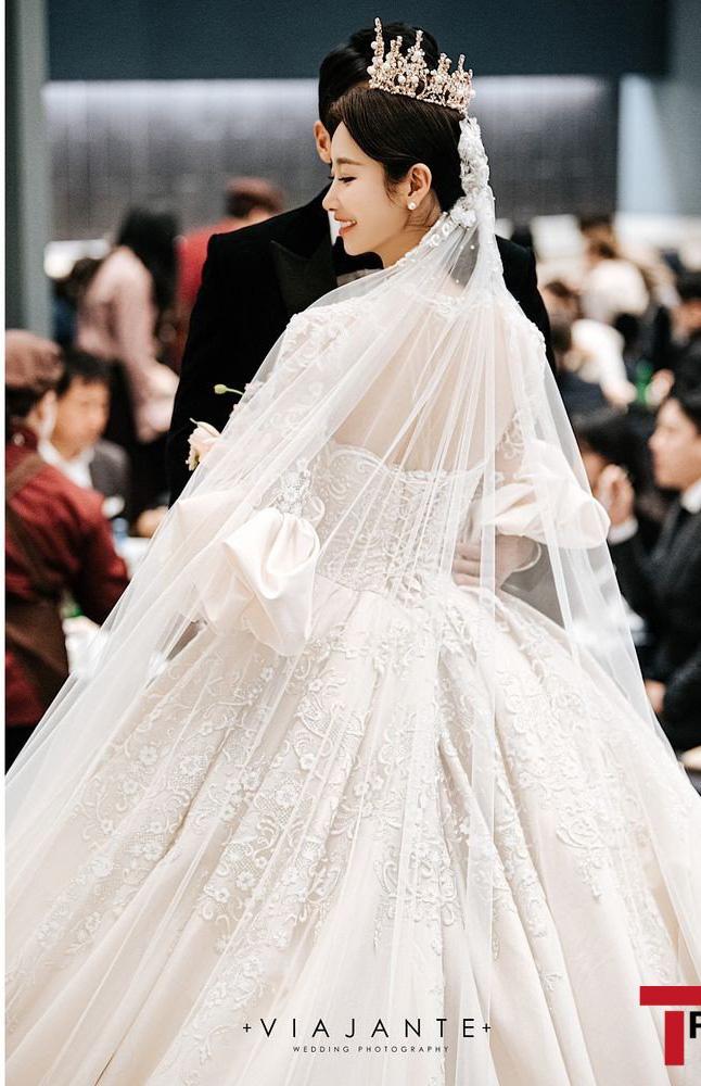 Sao nữ vô danh bỗng nổi như hiện tuợng nhờ bộ ảnh cưới đẹp như cổ tích: Nhìn váy cưới, quy mô hôn lễ là biết không phải dạng vừa! - ảnh 3