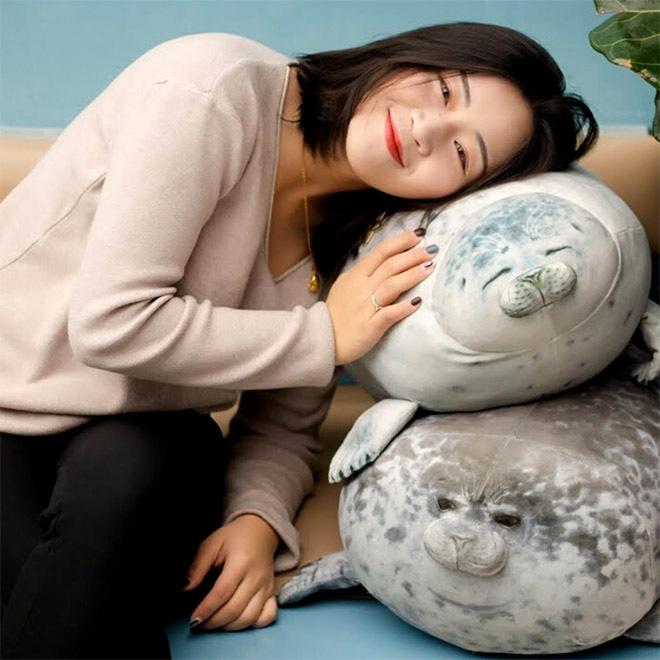 Chiếc gối ôm thương hiệu hải cẩu béo ú này đang làm mưa làm gió trên Internet vì độ mập mạp và dễ cưng của mình - ảnh 2