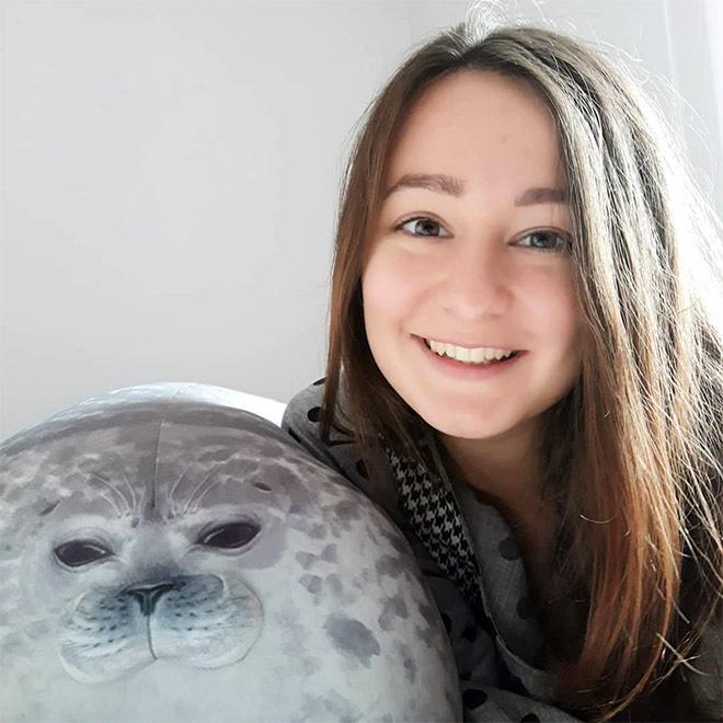 Chiếc gối ôm thương hiệu hải cẩu béo ú này đang làm mưa làm gió trên Internet vì độ mập mạp và dễ cưng của mình - ảnh 12