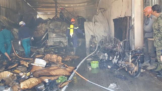 Lâm Đồng: Kho lạnh chứa hoa hồng cháy rụi, 3 trẻ em may mắn thoát nạn - Ảnh 1.