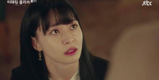 """Xem fan Soo Ah - Yi Seo """"khẩu chiến"""" danh xưng nữ chính Tầng Lớp Itaewon, ai còn nhớ """"chị Nguyệt"""" IU từng khổ không kém? - Ảnh 9."""