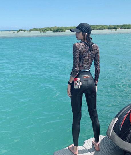 Tiết lộ ảnh chưa từng thấy của Lisa đúng ngày sinh nhật: Diện bikini cực hot, khoe vòng 1 lấp ló và đôi chân tuyệt mỹ - Ảnh 7.
