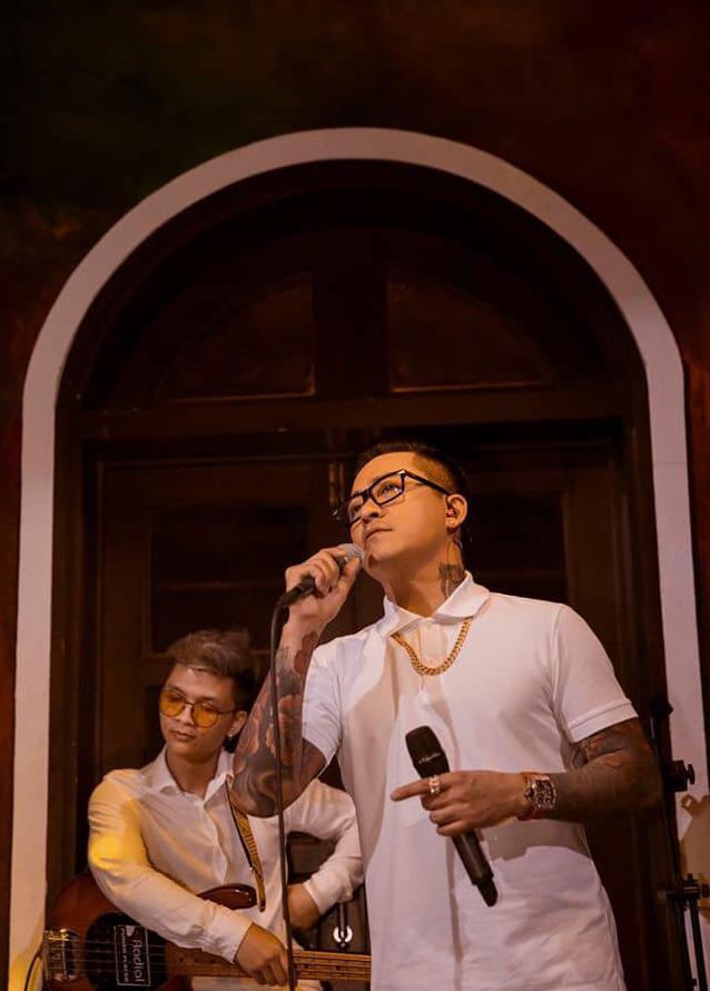 Tuấn Hưng tổ chức liveshow thu phí để ủng hộ quỹ chống dịch, cùng Khắc Việt chế hit Tìm Lại Bầu Trời phản ánh thực trạng mùa dịch bùng phát - Ảnh 2.