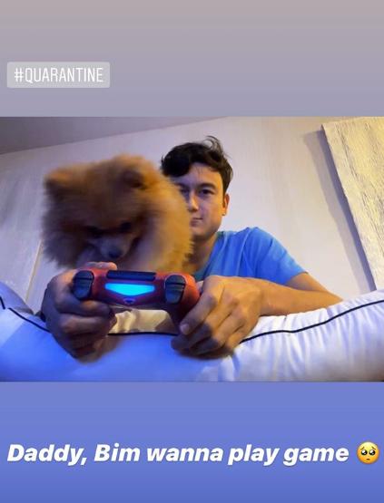 Ở nhà một mình mà không có Yến Xuân, Văn Lâm ôm cún cưng chơi game qua ngày nghỉ vì dịch - Ảnh 1.