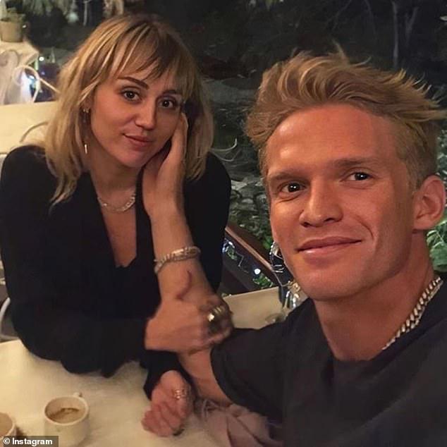 Bạn gái như Miley Cyrus mùa Covid-19: Tự tay cắt tóc cho bạn trai kém 5 tuổi, kết quả khiến fan ngỡ ngàng! - Ảnh 8.
