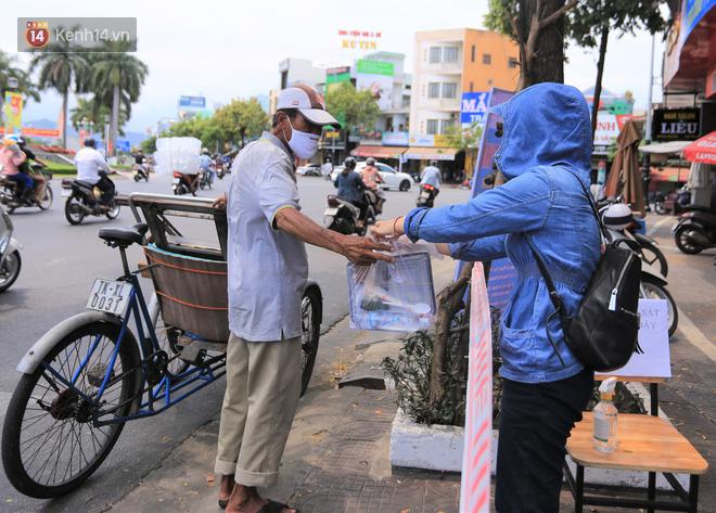 Ấm lòng hàng chục điểm phát cơm miễn phí trong mùa dịch cho người khó khăn ở Đà Nẵng - Ảnh 2.