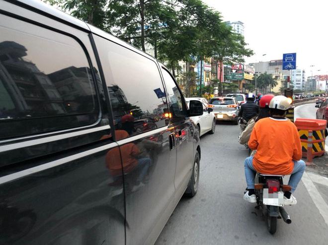 Tròn 1 tuần thực hiện giãn cách xã hội, đường phố Hà Nội bất ngờ đông đúc trở lại: Mọi người ơi xin đừng chủ quan! - Ảnh 3.
