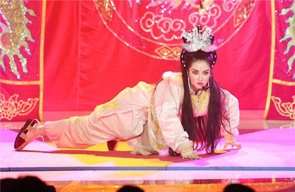 Trước MV về Nam Phương Hoàng Hậu, Hòa Minzy từng gây bất ngờ với loạt sân khấu đậm chất dân tộc tại Gương mặt thân quen - Ảnh 8.