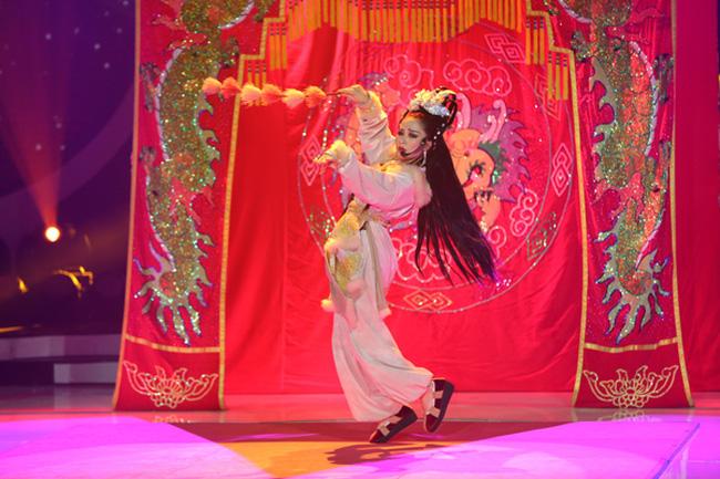 Trước MV về Nam Phương Hoàng Hậu, Hòa Minzy từng gây bất ngờ với loạt sân khấu đậm chất dân tộc tại Gương mặt thân quen - Ảnh 7.