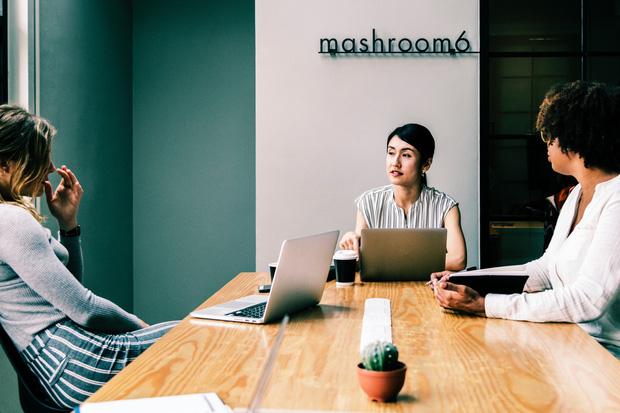 Chuyện sinh viên ra trường đúng mùa dịch: Chật vật tìm công việc mới, nan giải đối mặt cảnh cắt lương - giảm nhân sự - Ảnh 1.
