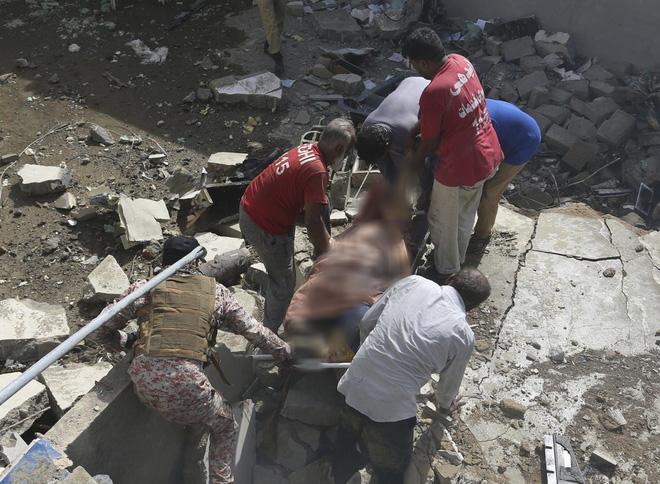 Hiện trường tang thương trong vụ rơi máy bay ở Pakistan: Nhiều nhà dân đổ sập, khói đen bốc lên ngùn ngụt - Ảnh 2.