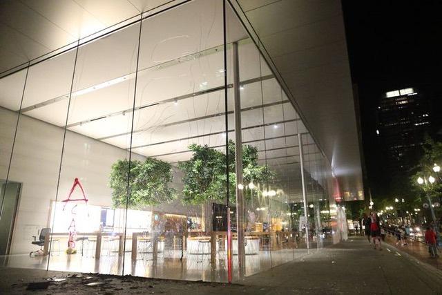 Lợi dụng bạo loạn ở Mỹ để khoắng sạch iPhone trong cửa hàng, kẻ trộm ngớ người vì một nước đi cao tay của Apple - Ảnh 2.
