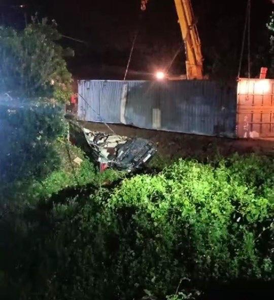 Quảng Ninh: Tai nạn kinh hoàng, xe container đè xe 16 chỗ bẹp dúm, ít nhất 2 người tử vong - Ảnh 1.