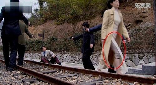 Coi mà tức với loạt lỗi trang phục ở phim Trung: Kéo tới pha rách áo của Địch Lệ Nhiệt Ba mà quạu á! - Ảnh 14.