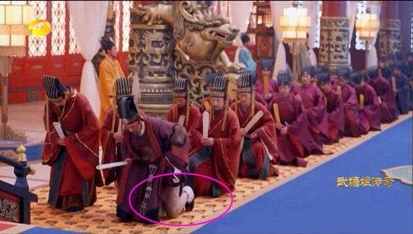 Coi mà tức với loạt lỗi trang phục ở phim Trung: Kéo tới pha rách áo của Địch Lệ Nhiệt Ba mà quạu á! - Ảnh 15.