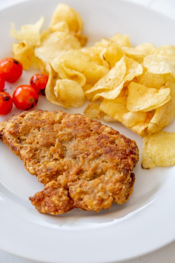 Bé trai 2 tuổi ngộ độc tím người, đau bụng, nôn mửa do ăn gà rán, khoai tây chiên để qua đêm - Ảnh 4.