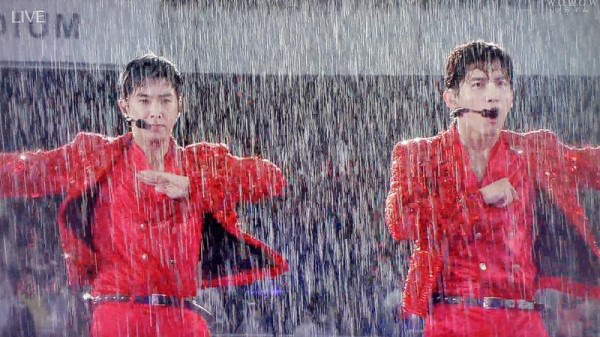 Khi idol Kpop biểu diễn dưới mưa: Người có sân khấu huyền thoại, kẻ thu về một đống meme hài hước được fan tích cực nhai đi nhai lại - Ảnh 3.
