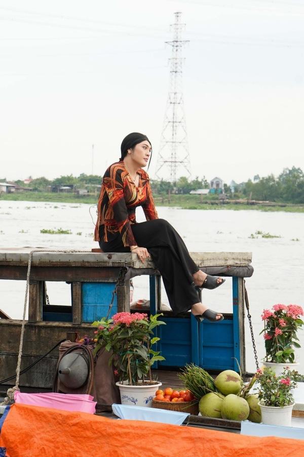 Đâu chỉ riêng cánh ca sĩ, cả làng phim Việt cũng chèo ghe họp chợ miền Tây, có cả khách mời đặc biệt là anh Lee Min Ho đây! - Ảnh 3.