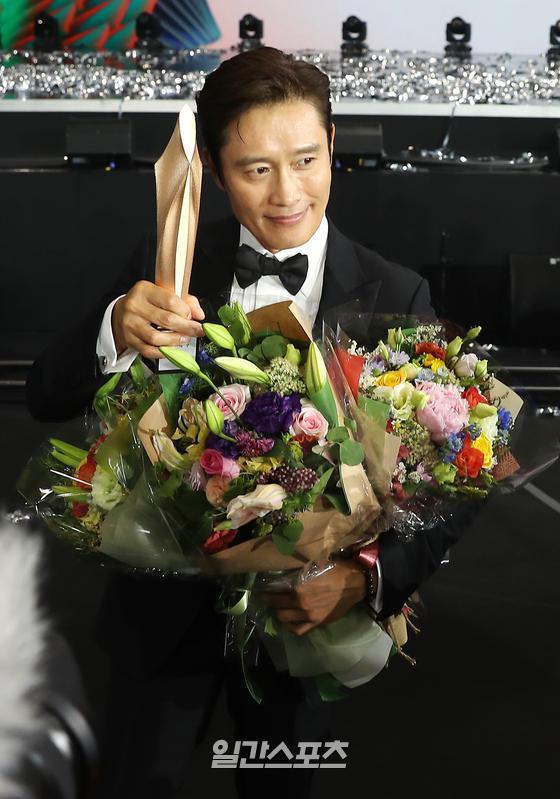 Baeksang 2020 hạng mục điện ảnh: Hươu cao cổ Lee Kwang Soo tạo sóng với giải hot, trùm Parasite giật cúp Daesang - Ảnh 4.