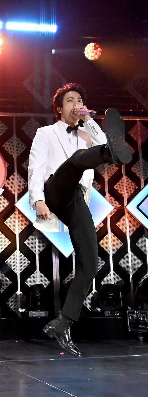 Jin (BTS) vẫn thần thái bất chấp vũ đạo cực bốc trong khi Jungkook, Jimin, V mặt méo xệch, tài năng ẩn dật của trai đẹp toàn cầu đấy! - Ảnh 7.
