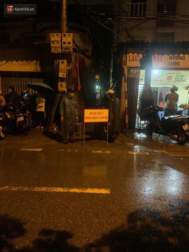 Hà Nội: Khử khuẩn ngay trong đêm, đưa 18 người F1 của nhân viên xe bus dương tính lần 1 với SARS-CoV-2 đi cách ly - Ảnh 2.