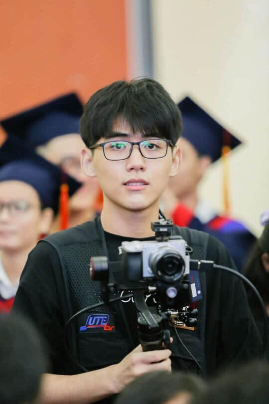 Đang tác nghiệp, chàng cameraman sinh năm 2k1 bị chụp lén, ai ngờ lại gây bão vì quá đẹp trai - Ảnh 2.