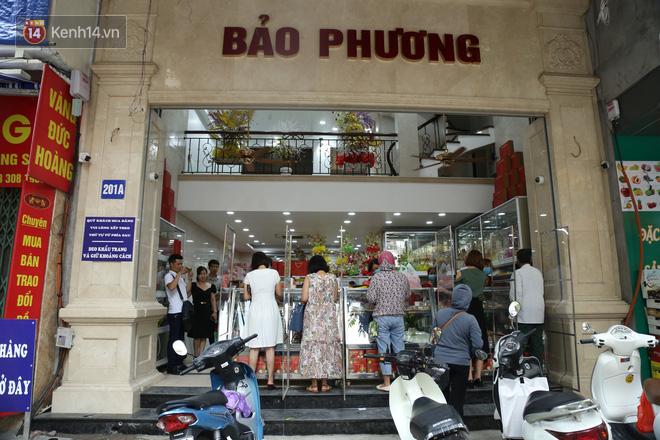 Tiệm bánh Trung thu nổi tiếng ở Hà Nội lắp vách ngăn, khách đeo khẩu trang mới được mua hàng - Ảnh 1.