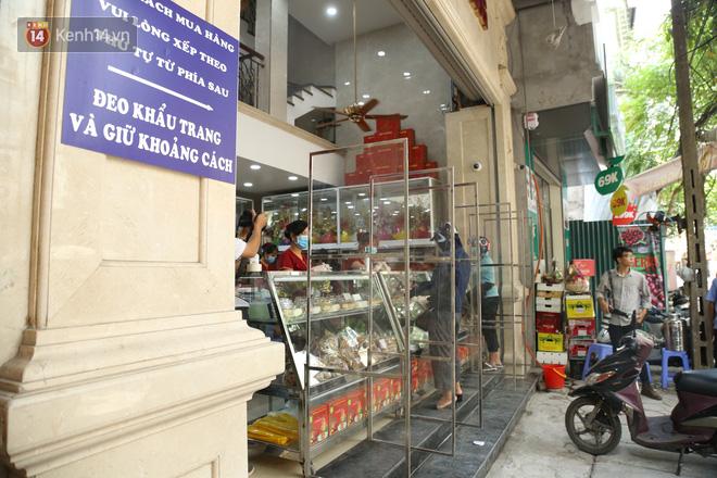 Tiệm bánh Trung thu nổi tiếng ở Hà Nội lắp vách ngăn, khách đeo khẩu trang mới được mua hàng - Ảnh 2.