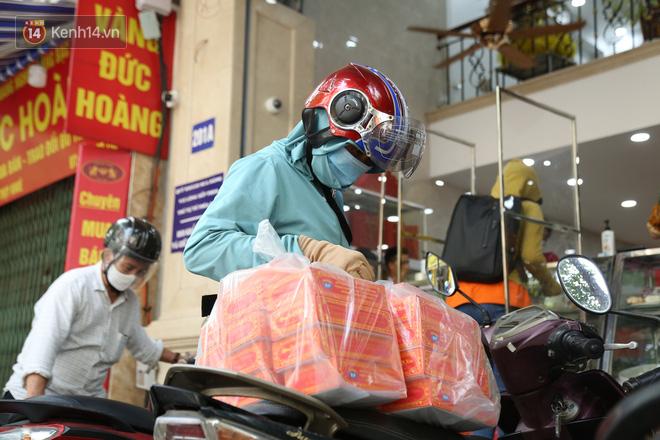 Tiệm bánh Trung thu nổi tiếng ở Hà Nội lắp vách ngăn, khách đeo khẩu trang mới được mua hàng - Ảnh 12.
