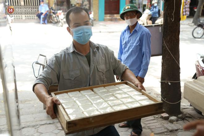 Tiệm bánh Trung thu nổi tiếng ở Hà Nội lắp vách ngăn, khách đeo khẩu trang mới được mua hàng - Ảnh 11.