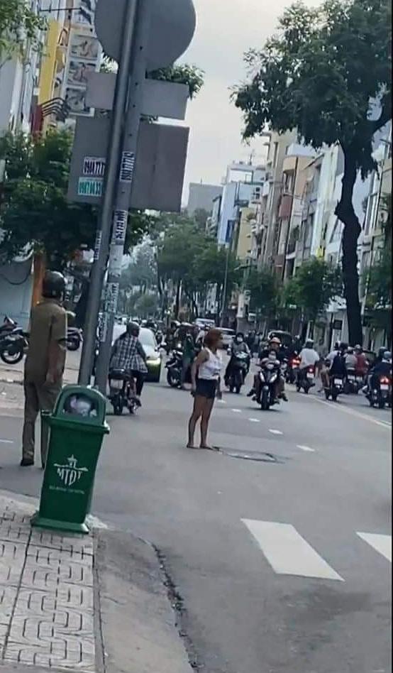 TP.HCM: Cô gái nghi ngáo đá cầm dao phân luồng giao thông khiến nhiều người sợ hãi - Ảnh 2.