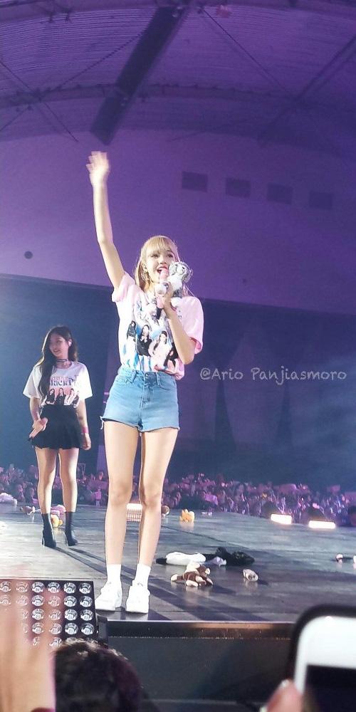 Loạt khoảnh khắc show body ngoài đời thực của dàn idol: Lisa (BLACKPINK) chuẩn búp bê sống, bờ vai Thái Bình Dương của Jin (BTS) khiến fan phát sốt - Ảnh 10.